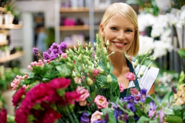 флористы в цветочном магазине