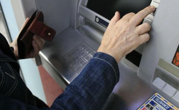 Судебные приставы сняли деньги с банковской карты - что делать?
